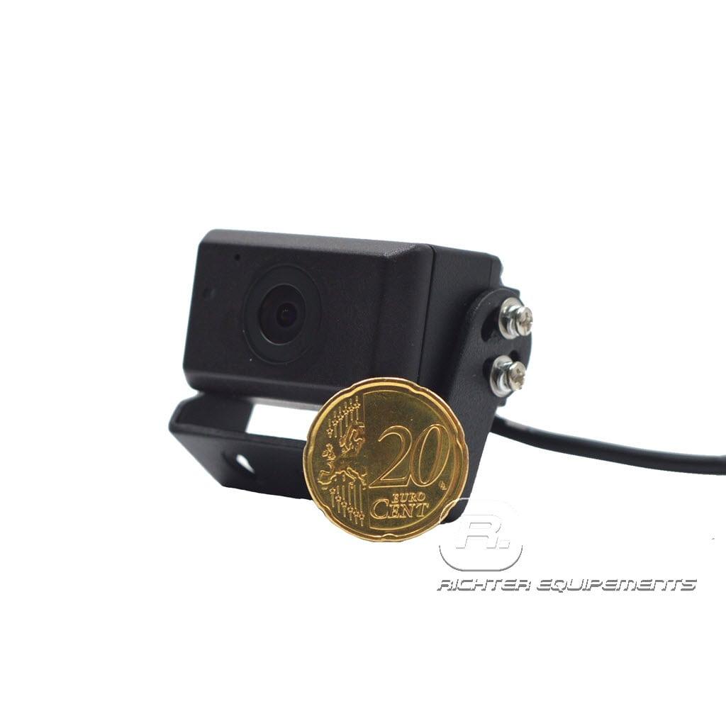 Camera de recul miniature comparée à la taille d'une pièce de 20 centimes